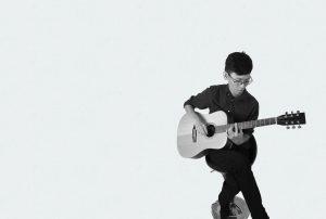 民謠吉他老師彈吉他